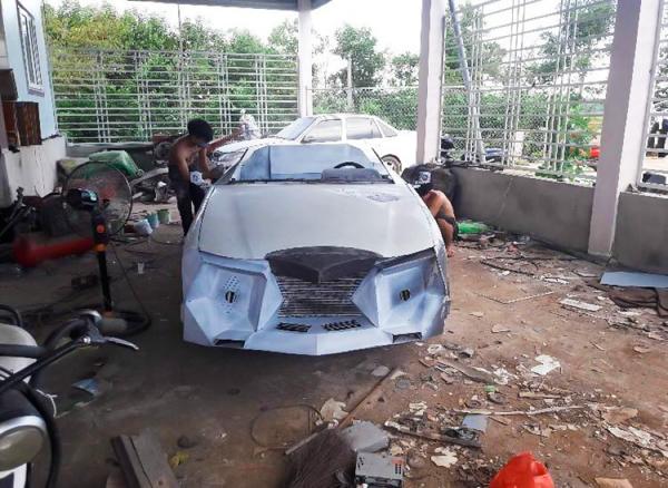 Để tạo hình lại cho chiếc xe thành xế hộp mui trần theo ý thích, hai anh em đã bỏ thêm 60 triệu đồng để sắm đồ nghề và nguyên vật liệu phù hợp cho quá trình độ xe.