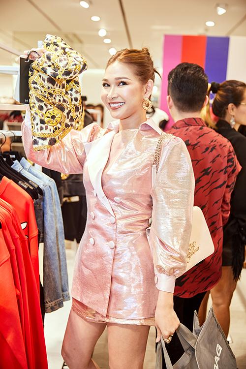 Diệp Linh Châu hào hứng khi tìm được một món đồ yêu thích.