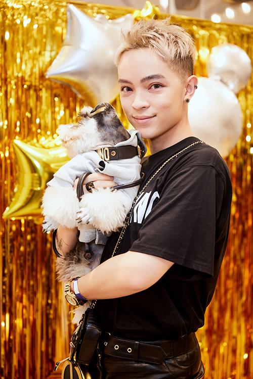 Stylist Kelbin Lei đi mua sắm bế theo cả chú cún cũng diện toàn hàng hiệu.