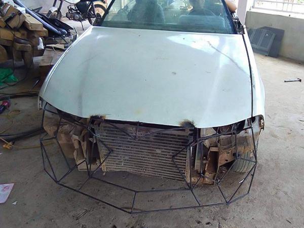 Những bộ phận phụ trợ như đèn pha, còi xe, gương chiếu hậu, kể cả bánh xe cũng được thay mới toàn bộ.