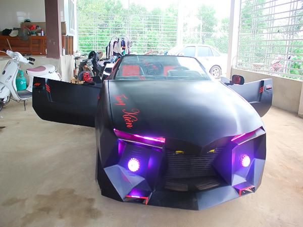 Phần đầu và đuôi xe được hai anh em thiết kế nhiều góc cạnh giống như siêu xe của phim Người Dơi, và gắn bộ đèn chớpdạng LED có thể thay đổi màu, phía trên có dàn đèn pha chiếu sáng cùng kiểu với đèn LED.