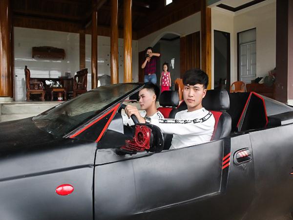 Nói về lý do độ xe, hai anh em cho biết vì anh Võ Văn Trung sắp cưới vợ nhưngkhông thuê được xe mui trần tự lái để đi rước dâu, sẵn có niềm đam mê siêu xe nên cả hai quyết định mua lại chiếc Daewoo 1981 cũ và đầu tư thiết kế thành chiếc mui trần hai chỗ ngồi.