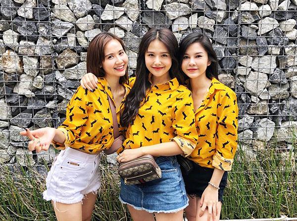 Độ thân thiết của bộ ba được chứng minh bằng việc họ thường xuyên đi du lịch cùng nhau. Trong mỗi chuyến đi, cả nhóm luôn lên dress code rất kỹ để trông thật ăn ý với nhau trong những bức hình.