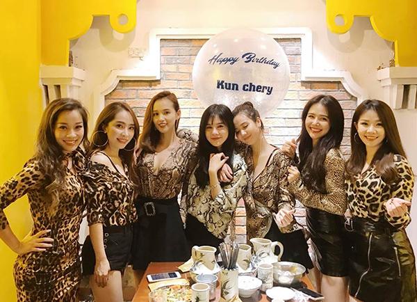 Sở thích ăn mặc có hội có phường của cả nhóm còn được chứng minh bằng việc khi tụ tập cùng những gương mặt đình đám khác ở Hà thành, yêu cầu dress code cũng được đưa ra để có bức ảnh chung thật hoàn hảo.