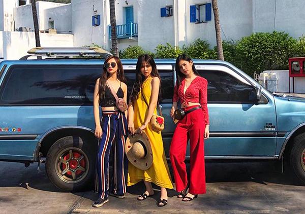 Ba cô nàng thường sắm đồ giống hệt nhau, hoặc mix đồ chung kiểu dáng, màu sắc... làm sao để thể hiện được gu thẩm mỹ của từng cá nhân nhưng vẫn tôn lên phong cách chung của cả nhóm.