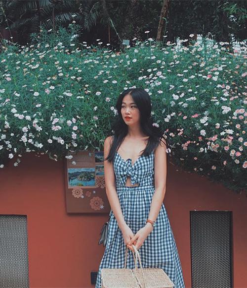 Trước khi đăng quang Hoa hậu Trái đất 2018, Phương Khánh là một cô gái vừa tốt nghiệp Đại học, có phong cách ăn mặc trẻ trung. Cũng như các cô gái 24 tuổi khác, người đẹp thích diện những món đồ tôn dáng nhưng không quá cầu kỳ, được sắm với mức giá bình dân ở những cửa hàng thời trang dành cho giới trẻ.