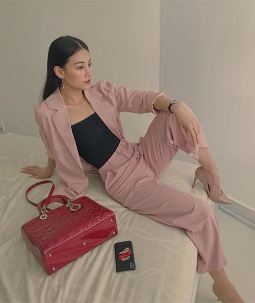 Một chiếc túi xách hàng hiệu hiếm hoi khác mà Phương Khánh sở hữu là Lady Dior size lớn màu đỏ. Đây là một dòng túi kinh điển mà hầu như tín đồ thời trang nào cũng mong muốn sở hữu. Chiếc túi này có giá thành đắt đỏ hơn, khoảng 100 triệu đồng.