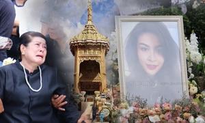 Mẹ Á hậu Hoàn vũ Thái Lan khóc ngất trong lễ hỏa táng con gái