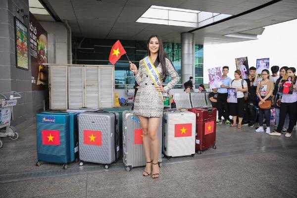 Tiểu Vy mang hơn 100 kg trang phục dự thi Hoa hậu Thế giới.