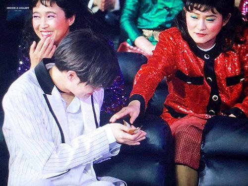 Những bà cô thuộc nhóm Celeb Five không chỉ ấn tượng với trang phục, các trang điểm hài hước mà còn chu đáo với hậu bối. Họ cho Lee Dae Hwi kẹo dẻo để chống đói khi ngồi xem lễ trao giải.