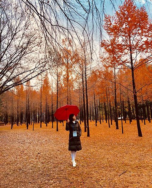 Hoàng Oanh trông như Alice lạc vào thế giới thần tiên giữa khung cảnh ngập tràn lá vàng lãng mạn ở đảo Nami, Hàn Quốc.