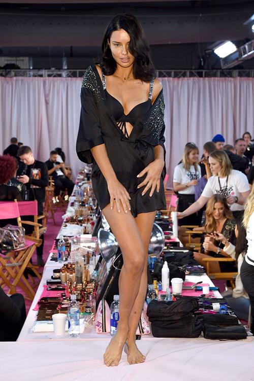 Adriana Lima trong hậu trường show diễn cuối cùng.