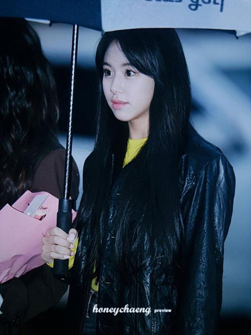 Chae Young cá tính với áo khoác da. Em út của Twice tuyên bố không thi đại học năm nay để tập trung vào công việc.