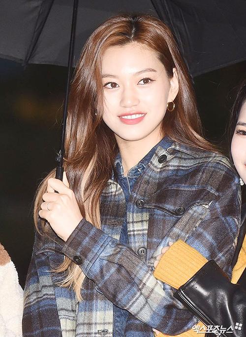 Weki Meki cũng tham gia trình diễn. Do Yeon luôn là tâm điểm chú ý nhờ hình ảnh sắc sảo.