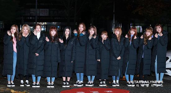 IZONE mặc đồng phục áo phao đến Music Bank. Nhóm vừa giành cúp đầu tiên trong sự nghiệp trên show M Countdown.