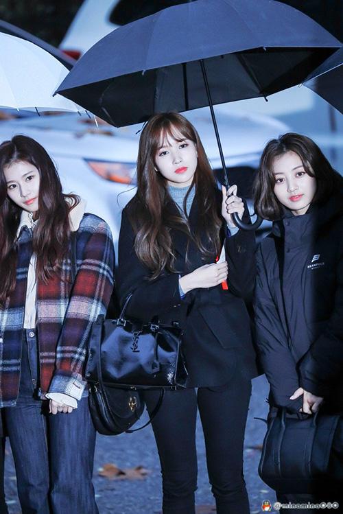 Mina ga lăng cầm ô giúp Ji Hyo.
