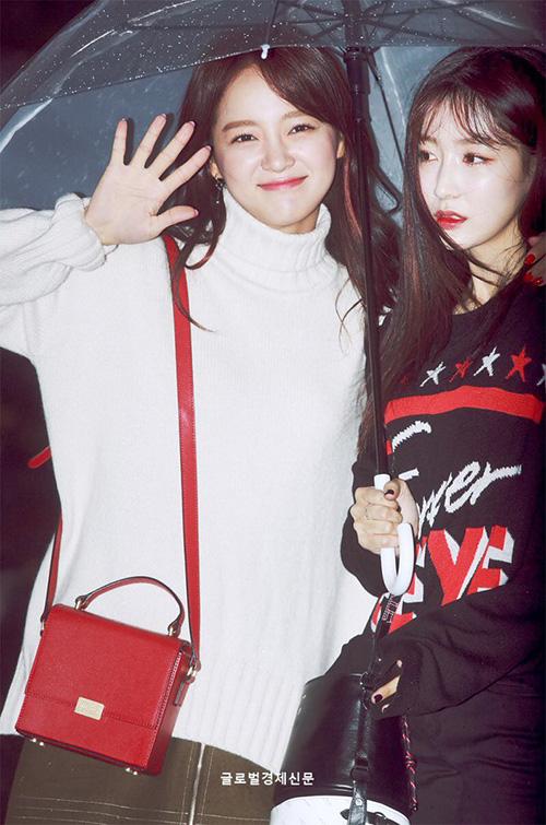 Kim Se Jeong (áo trắng) có hình tượng thân thiện, đáng yêu còn Hana là đại diện cho nét đẹp sang chảnh trong nhóm.