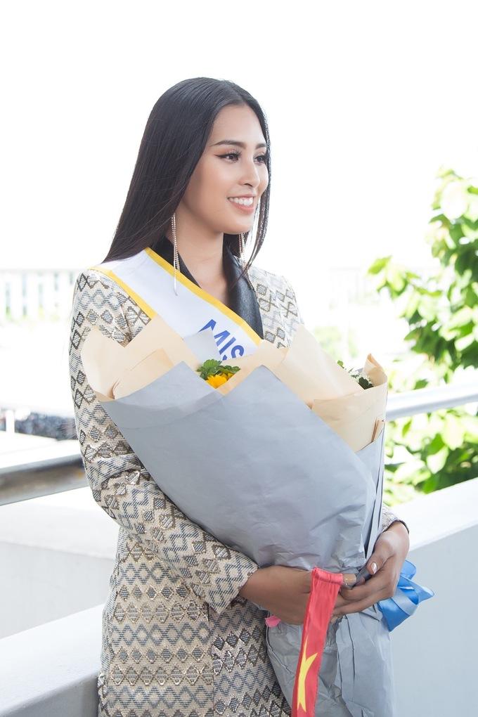 <p> Tiểu Vy sinh năm 2000, đang là sinh viên năm nhất, sở hữu nét đẹp lai Tây sắc sảo. Cô cao 1,74 m, số đo ba vòng 84-63-90 cm. Trước giờ lên đường dự thi, Hoa hậu Tiểu Vy được chuyên trang sắc đẹp Global Beauty bình chọp lọt vào top 15 Miss World 2018.</p>