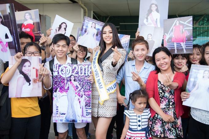 <p> Nhiều fan cũng kéo nhau ra tận nơi để động viên, gửi lời chúc tới người đẹp 10x. Kể từ khi đăng quang, Hoa hậu Tiểu Vy nhận được rất nhiều sự ủng hộ từ công chúng.</p>