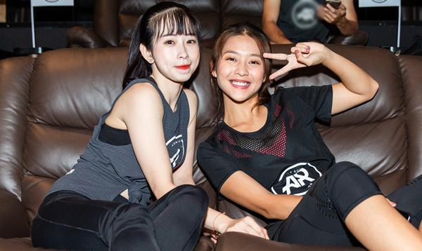 Diễn viên Khả Ngân và VĐV Châu Tuyết Vân hào hứng tham gia cộng đồng với nhiều bạn trẻ.
