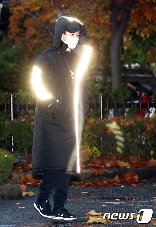 Các chàng trai Monsta X chơi trội với áo phát sáng khi đến Music Bank.
