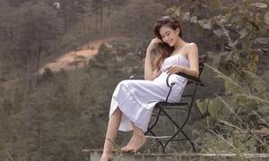 Chán 'hở bạo', Mâu Thủy khoe vẻ tinh khôi giữa núi rừng Đà Lạt