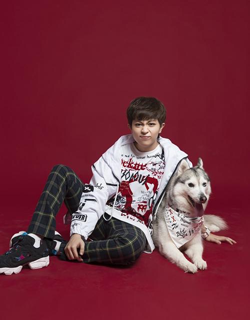 Bé cún nhà Gil Lê tên Mocha, thuộc giống Husky, năm nay 6 tuổi. Gil Lê thường xuyên khoe với fan chú cún cưng, thậm chí còn rủ chụp chung photoshoot, mặc đồ đôi rất tông xuyệt tông.