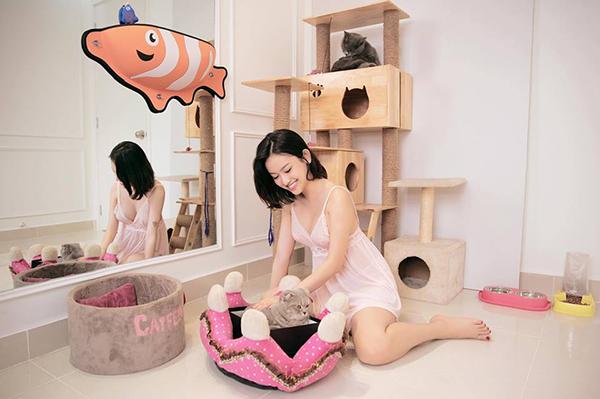 Thúy Vi rất chiều chuộng hai bé mèo cưng Kuro và Mikun. Không chỉ được ăn uống, massage sang chảnh như bà hoàng, hai em mèo này còn có phòng riêng rộng rãi trong căn hộ chung cư cao cấp của Thúy Vi với đầy đủ giường ngủ, đồ chơi...