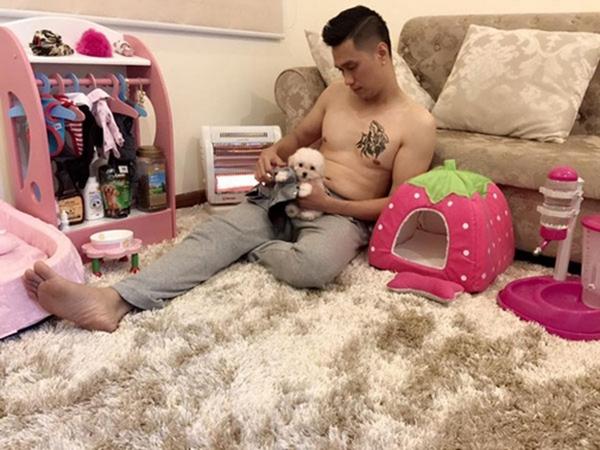 Bé cún nhà diễn viên Việt Anh cũng có phòng riêng ngập tràn màu hồng xinh như công chúa. Trong không gian này, cô nàng có cả tủ quần áo, đồ ăn... đầy ắp.