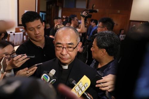 Linh mục Trần Chí Minh trả lời phỏng vấn.