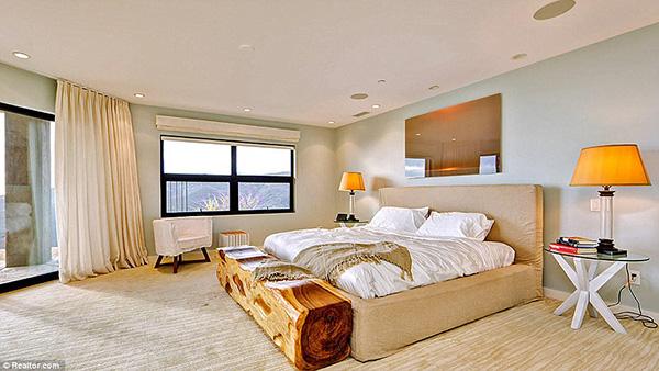 Phòng ngủ được trang trí nội thất có gam màu trung tính, nhã nhặn.