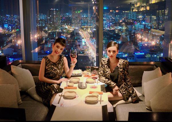 Hai chị em Angela Phương Trinh rủ nhau diện đồ đôi sang chảnh đi thưởng thức bữa tối, ngắm cảnh Sài Gòn từ trên cao.