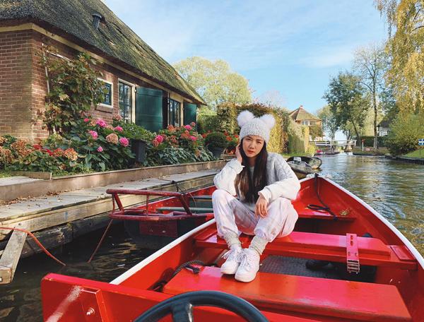 Phương Ly diện đồ thể thao nhưng vẫn xinh như công chúa giữa khung cảnh cổ tích của Hà Lan.