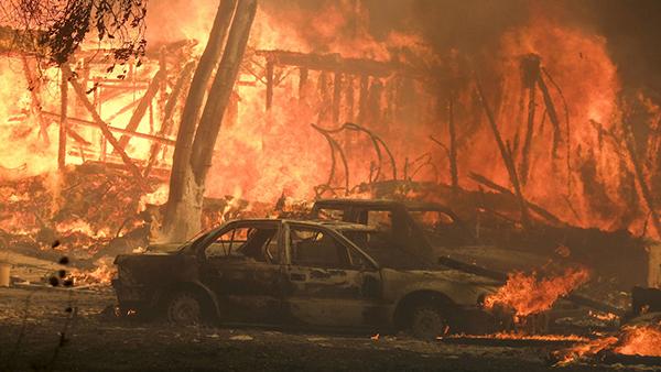 Sau đám cháy khổng lồ lan rộng tại California tối 8/11, căn biệt thự này đã bị thiêu rụi hoàn toàn. Trong khi đó, Caitlyn Jenner đã di tản cùng hàng ngàn người dân khác.