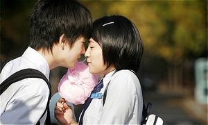 Bị chỉ trích là phản bội nhóm khi công khai hẹn hò bạn thân