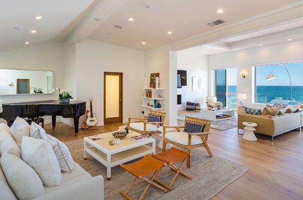 Nhà thiết kế Hernandez cho biết style chủ đạo khi ông thiết kế căn biệt thự này là phong cách điển hình của cuộc sống California.