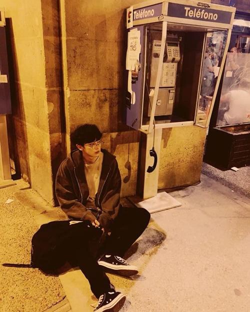Chan Yeol vô tư ngồi bệt trên đường như thanh niên đi bụi.
