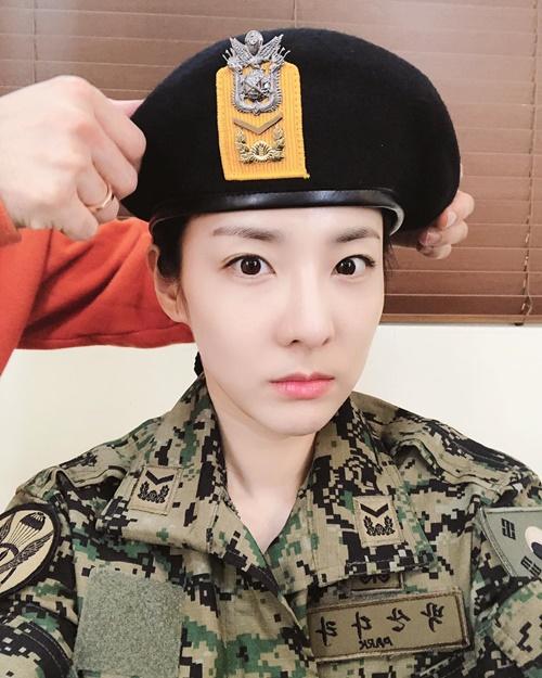 Dara trông cực oách khi mặc quân phục tham gia show nhập ngũ Real Man 300.