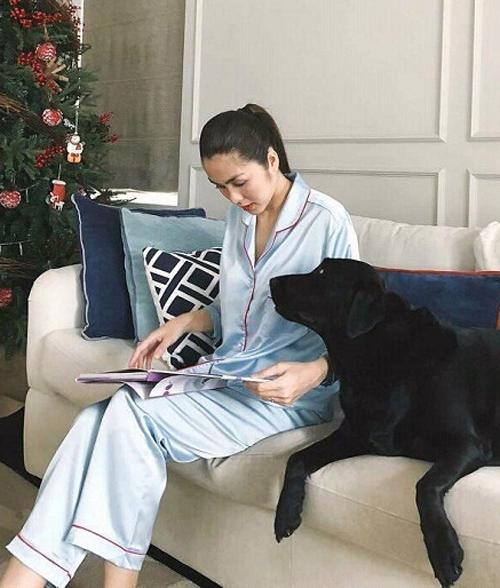 Hà Tăng thường xuyên khoe ảnh thảnh thơi khi ở nhà. Người đẹp đặc biệt thích diện pyjama chất lụa bóng, vừa thoải mái lại vừa sang trọng.