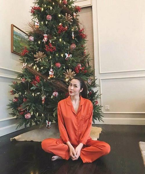 Kể cả khi ở nhà, ngọc nữ điện ảnh Việt trông vẫn đầy rạng rỡ mà không cần váy áo, phụ kiện cầu kỳ.