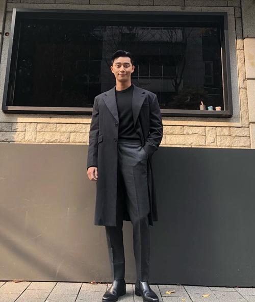 Park Seo Joon diện vest đen bảnh bao khoe chân dài chuẩn mẫu.