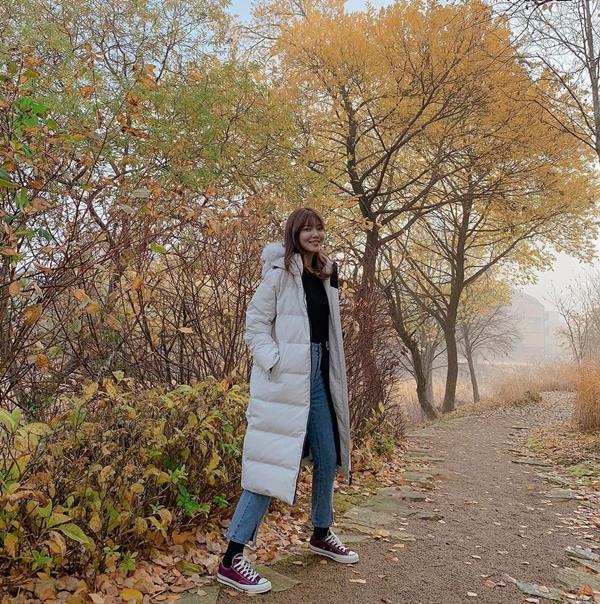 Soo Young mặc ấm áp đi dạo giữa cảnh thu đẹp mơ màng.