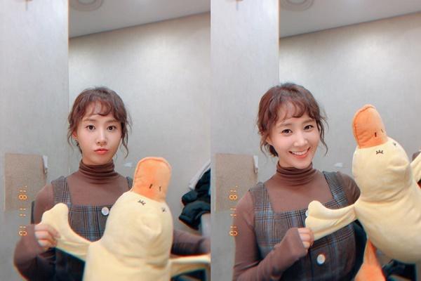 Yuri có mái tóc xoăn cute, chơi đùa với vịt bông như trẻ con.