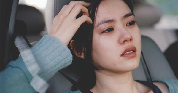 Giữ hình tượng trong sáng trong lòng công chúng nhưng Son Ye Jin lại có quyết định táo bạo khi nhận vai trong phim điện ảnh Tuyết tháng tư. Với nhân vật người vợ ngoại tình có diễn biến tâm lý phức tạp, Son Ye Jin lần đầu thử sức với cảnh nóng trên màn ảnh. Cũng nhờ vai diễn này, người đẹp sinh năm 1982 đã chứng tỏ được khả năng diễn xuất đa dạng của mình.