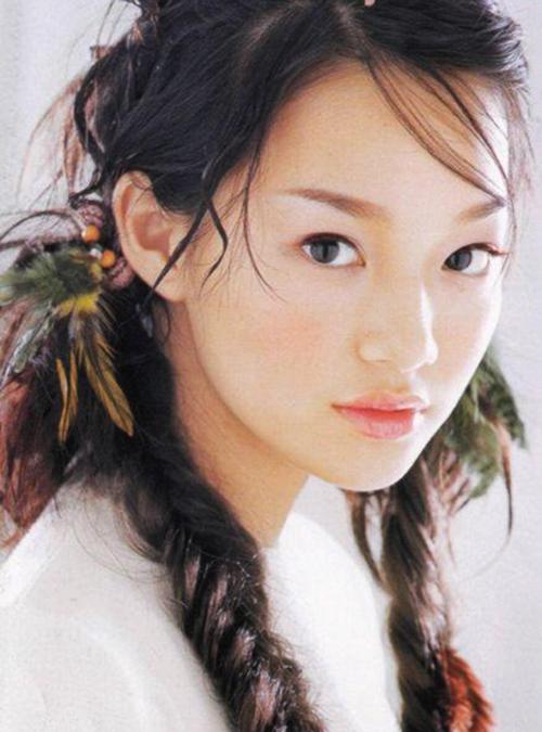 Cô nàng Cáo 9 đuôi Shin Min Ah cũng là một trong những nhan sắc trẻ mãi không già của showbiz Hàn Quốc. Cô bắt đầu tham gia showbiz từ năm 1999 - 2000 với vai trò người mẫu đóng MV cho nhóm nhạc nổi tiếng G.O.D. Nhan sắc trẻ trung, ngọt ngào của Shin Min Ah đã giúp cô lọt vào mắt xanh của các đạo diễn.