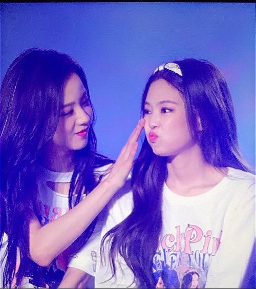 Ji Soo đến bên cạnh để an ủi Jennie.