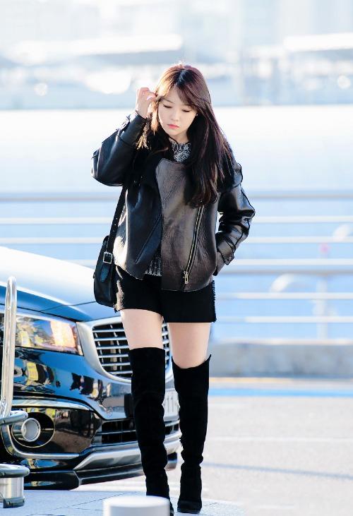 Các sao Hàn đều rất thích mốt trên đông dưới hè, phía trên thì áo khoác tầng lớp, còn dưới lại mỏng manh với quần shorts, váy ngắn... nên boots quá gối là kiểu giày đi kèm thích hợp hơn cả để gợi cảm mà không lo lạnh.