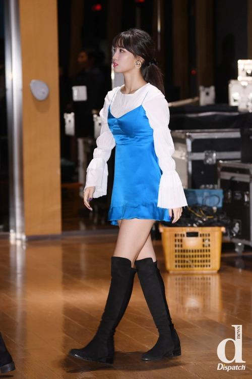 Ngoài boots cao ngang đùi, boots cao đến đầu gối với đặc trưng là năng động, trẻ trung cũng được các người đẹp Hàn ưa chuộng.