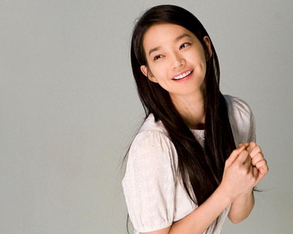 Đến năm 2015, Shin Min Ah hợp tác cùng tài tử So Ji Sub với Oh my Venus. Không đóng quá nhiều phim nhưng vai diễn nào của Shin Min Ah cũng để lại ấn tượng khó quên với khán giả. Cô nàng béo Kang Joo Eun của Shin Min Ah không xinh đẹp nhưng lúc nào cũng đáng yêu với những biểu cảm hờn dỗi đầy cảm xúc.