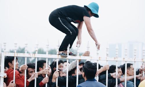 Chen lấn đến nghẹt thở, người mua vé 'cáu' với Ban tổ chức